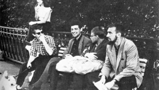 Июнь1961 г, пос. Солнечное. На платформе, скамейка, слева направо.: Лифшиц, Виноградов, Еремин, Красильников. Фото: kkk-bluelagoon.ru
