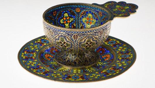 Чашка с блюдцем Россия, Москва, около 1900 г. Фирма П. Овчинникова.  Серебро; оконная эмаль, скань, золочение.