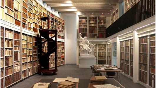 Большой зал библиотеки. Фото: официальный сайт библиотеки http://www.bibliothek-oechslin.ch