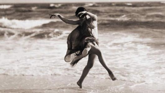 Айседора Дункан танцует на пляже, 1915. Фото: Arnold Genthe