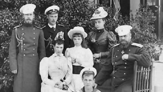 Императрица Мария Федоровна и Александр III с детьми