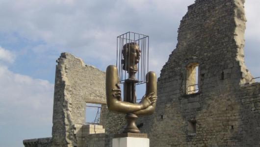 Памятник маркизу де Саду работы Александра Бурганова в замке в Лакоста вблизи Авиньона