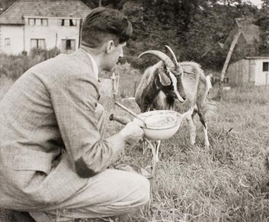 Оруэлл и его любимая коза Мюриэль. 1939. Фото: British Library